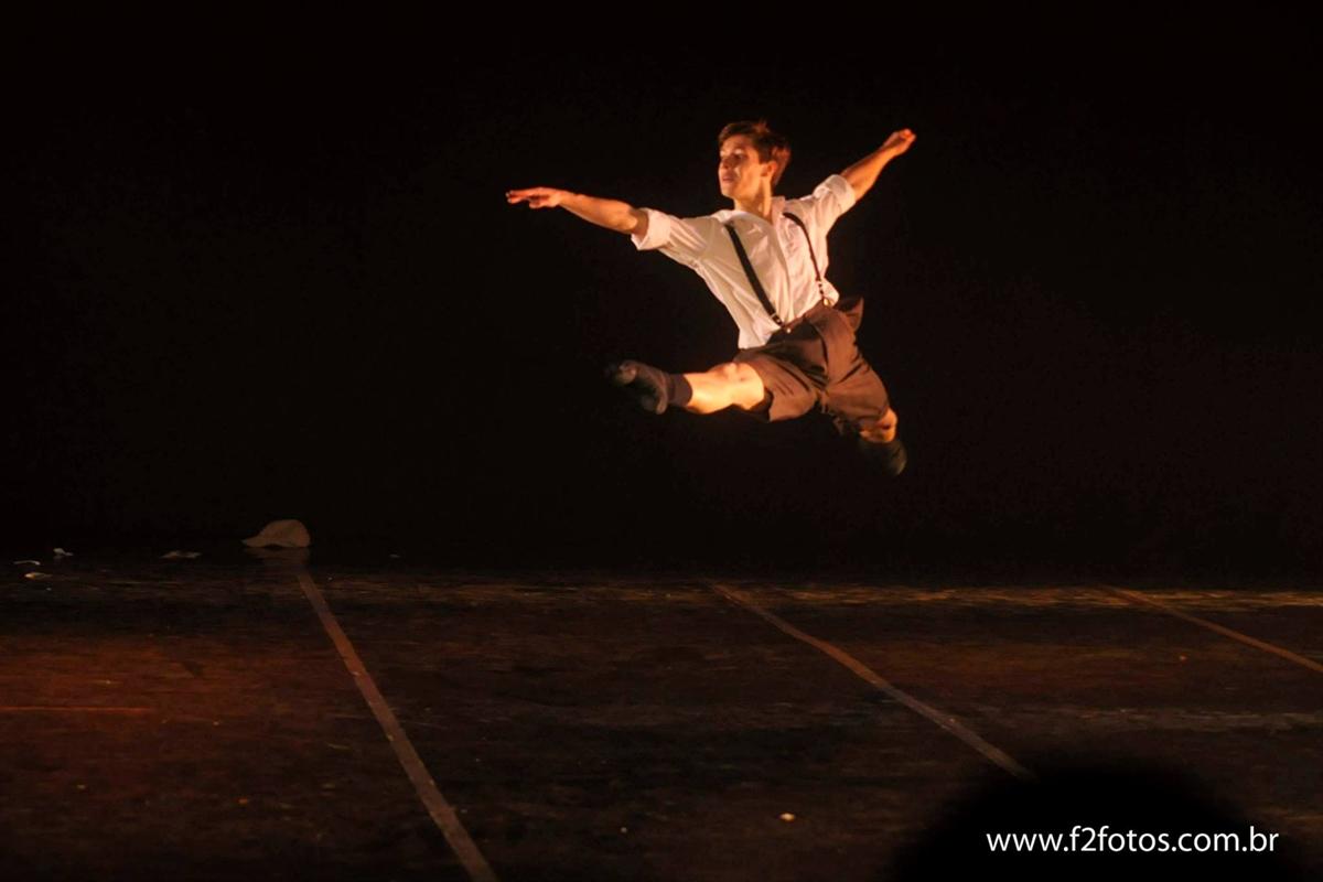 Ex aluno do projeto social dançar a vida dá dicas para melhorar a pirueta!