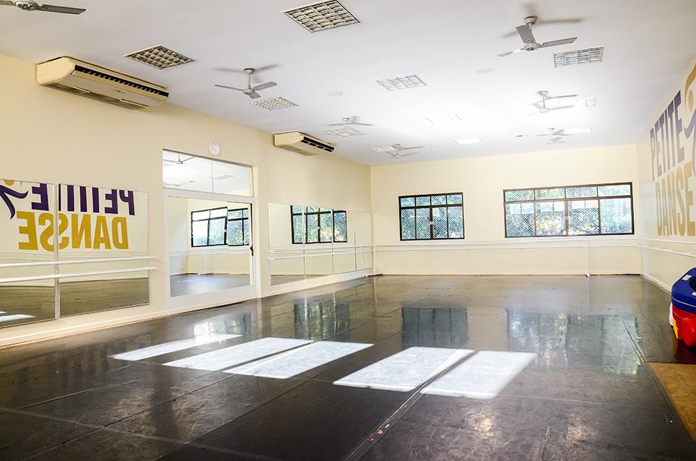 A infraestrutura da Escola Petite Danse conta com pisos especiais para a prática de dança